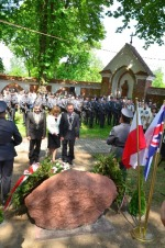 Władze Gminy Garbów składają wieniec po pomnikiem lotników