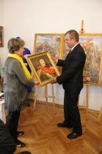 Malarka wręcza pamiątkowy portret Jana Sobieskiego dla Wójta Gminy Spiczyn - Mirosława Krzysiaka
