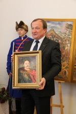 Poseł na Sejm Jan Łopata z pamiątkowym portretem Jana III Sobieskiego